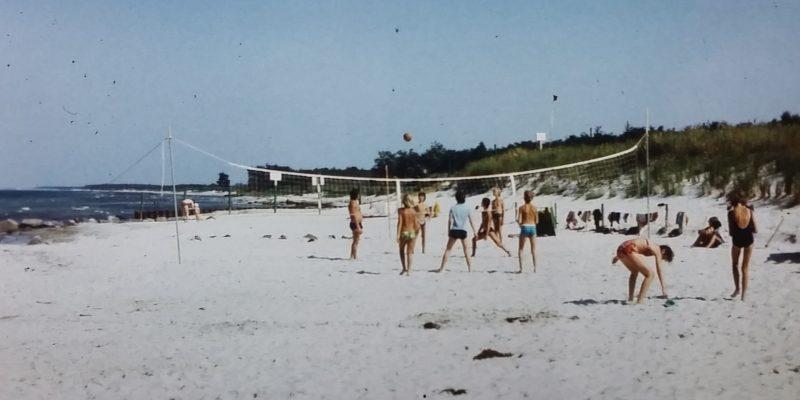 Volleyball am Strand von Zingst in der DDR